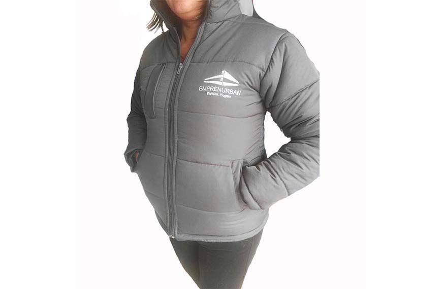 mujer vistiendo chaquetas para dotaciones empresariales Bogotá